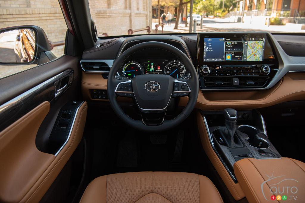 Toyota Highlander Hybrid 2021 interni e volante