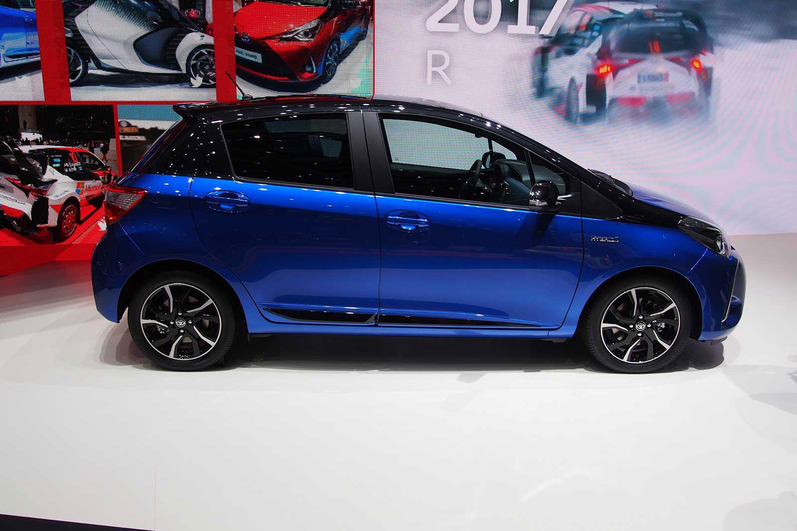 Foto della Toyota Yaris Hybrid 2018 Blue edition dal fianco