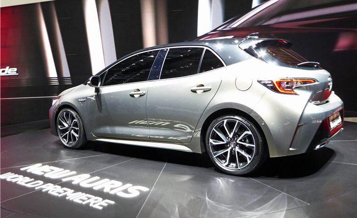Foto del fianco della nuova Toyota Auris ibrida che uscirà nel 2019