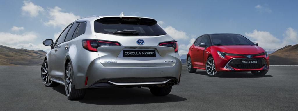 Nuova Corolla Hybrid 2019 Station Wagon grigia e berlina rossa