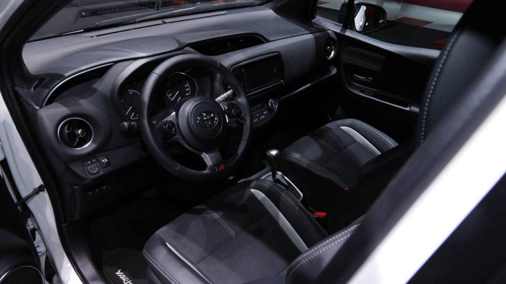 Foto degli interni e volante della Toyota Yaris GR-S